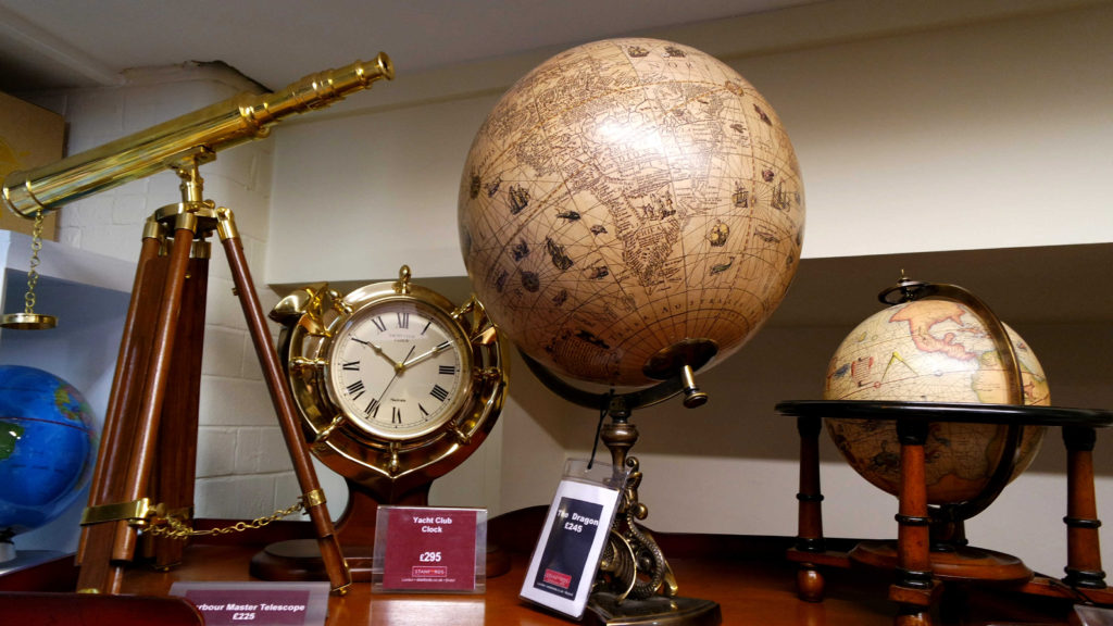 Globo e itens vintage, como luneta e relógio, na Stanfords
