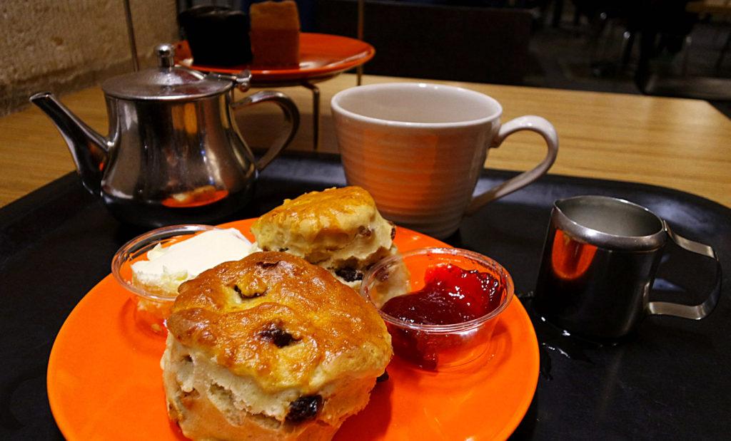 Scones, leite e chá da tarde