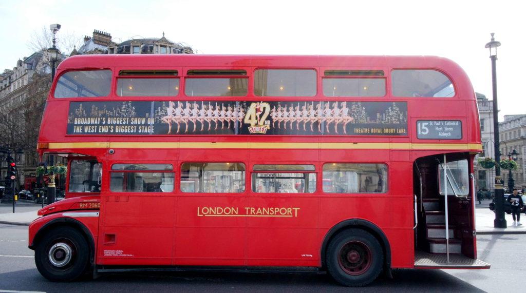Onibus vermelho em Londres, Reino Unido. Programas de milhagem