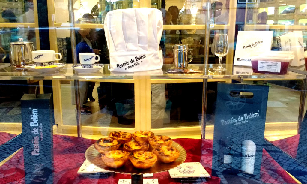 Vitrine da Antiga Confeitaria de Belém, com pastéis de belém