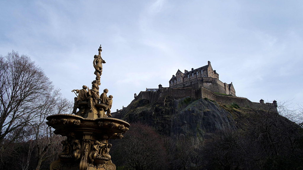 Castelo de Edimburgo, no topo da Castle Rock
