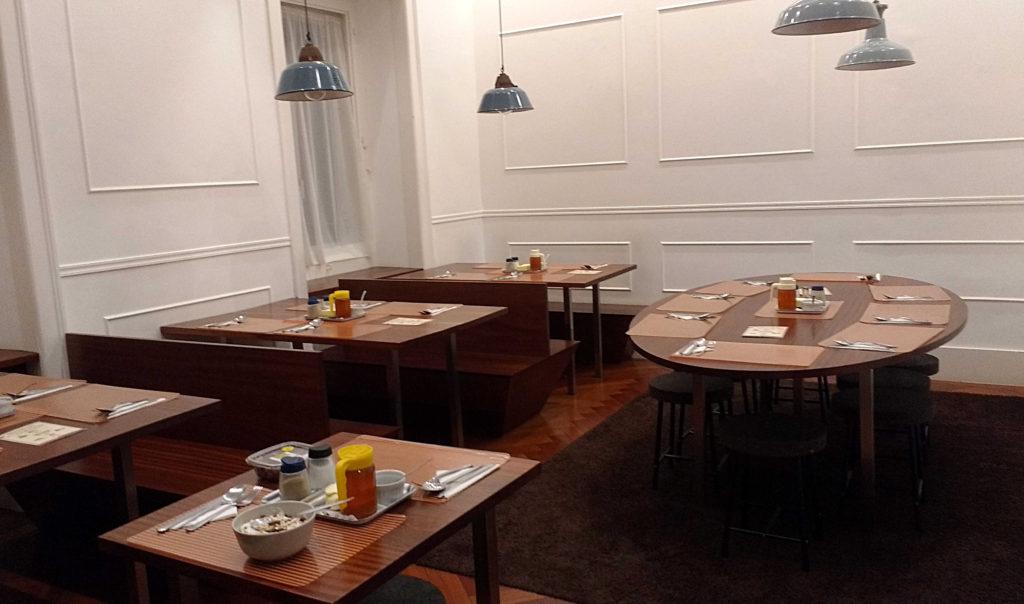 Área para refeições do Travelers House Hostel hospedagem em lisboa