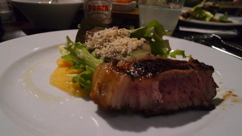 Corte de carne NB Steak acompanhado da Salada Tropical