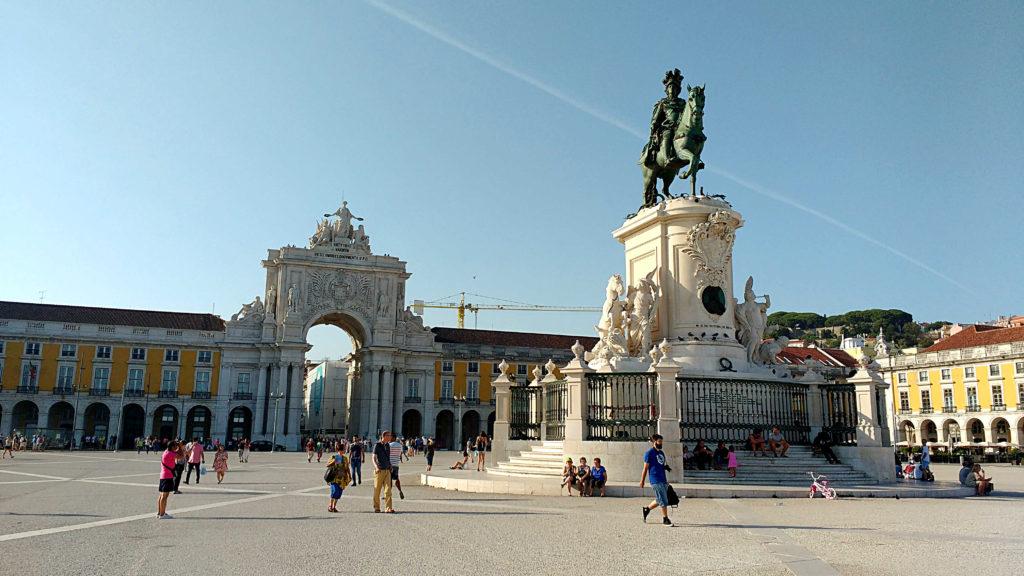 Golpe em Lisboa ma Praça do Comércio, com o Arco Monumental da Rua Augusta, ao fundo
