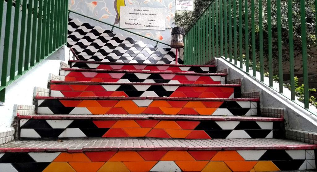 Escadaria em homenagem e Mirthes Bernardes, criadora do símbolo que enfeita várias das calçadas de São Paulo
