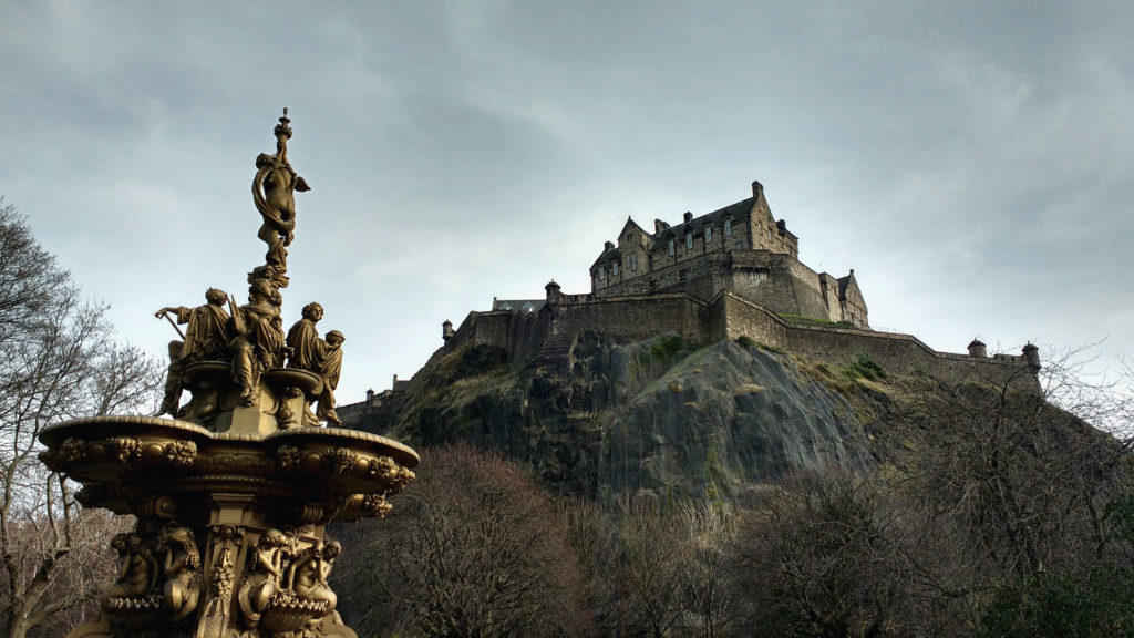 Castelo de Edimburgo no topo do Castle Rock