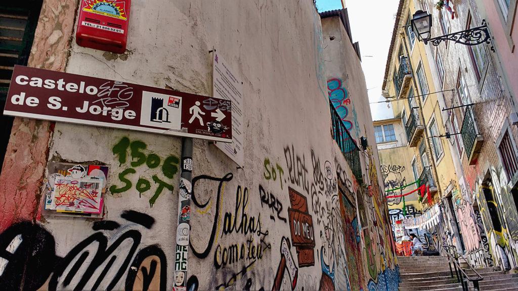 A caminho do Castelo de São Jorge, pelas ladeiras grafitadas da Alfama