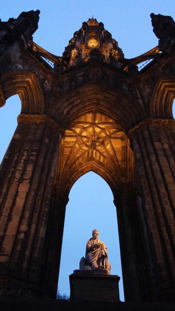 Sir Walter Scott tem tanta importância na Escócia que, na Princess Street foi erigido o Scott Monument, o maior monumento do mundo já feito em homenagem a um escritor