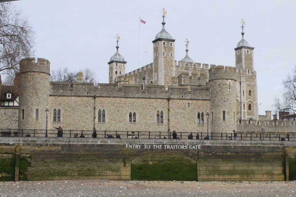 Torre de Londres vista do rio Tâmisa