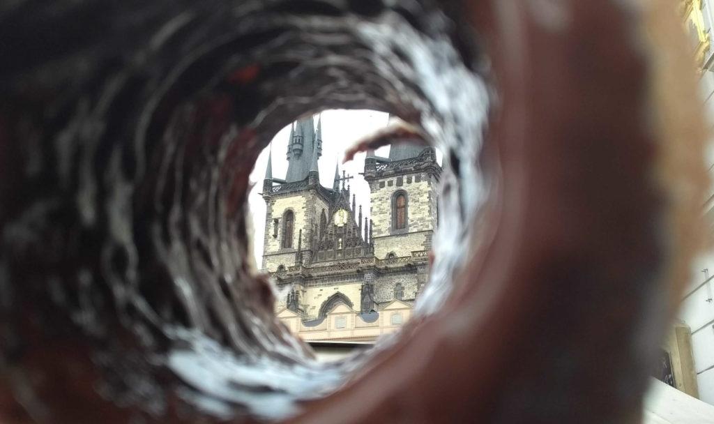 Praga vista de dentro de um Trdelnik recheado com Nutella
