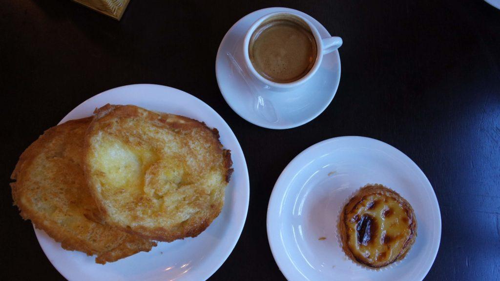 Pão portugês com manteiga na chapa, pastel de nata e expresso