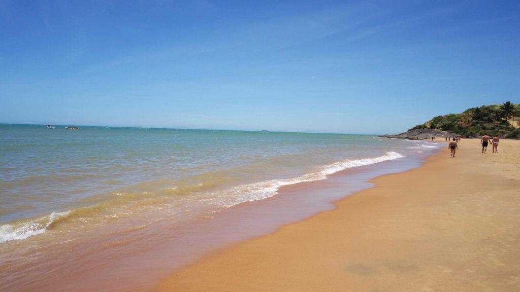 Faixa mais tranquila da praia de areia preta, no balneário de iriri, anchieta, espírito santo