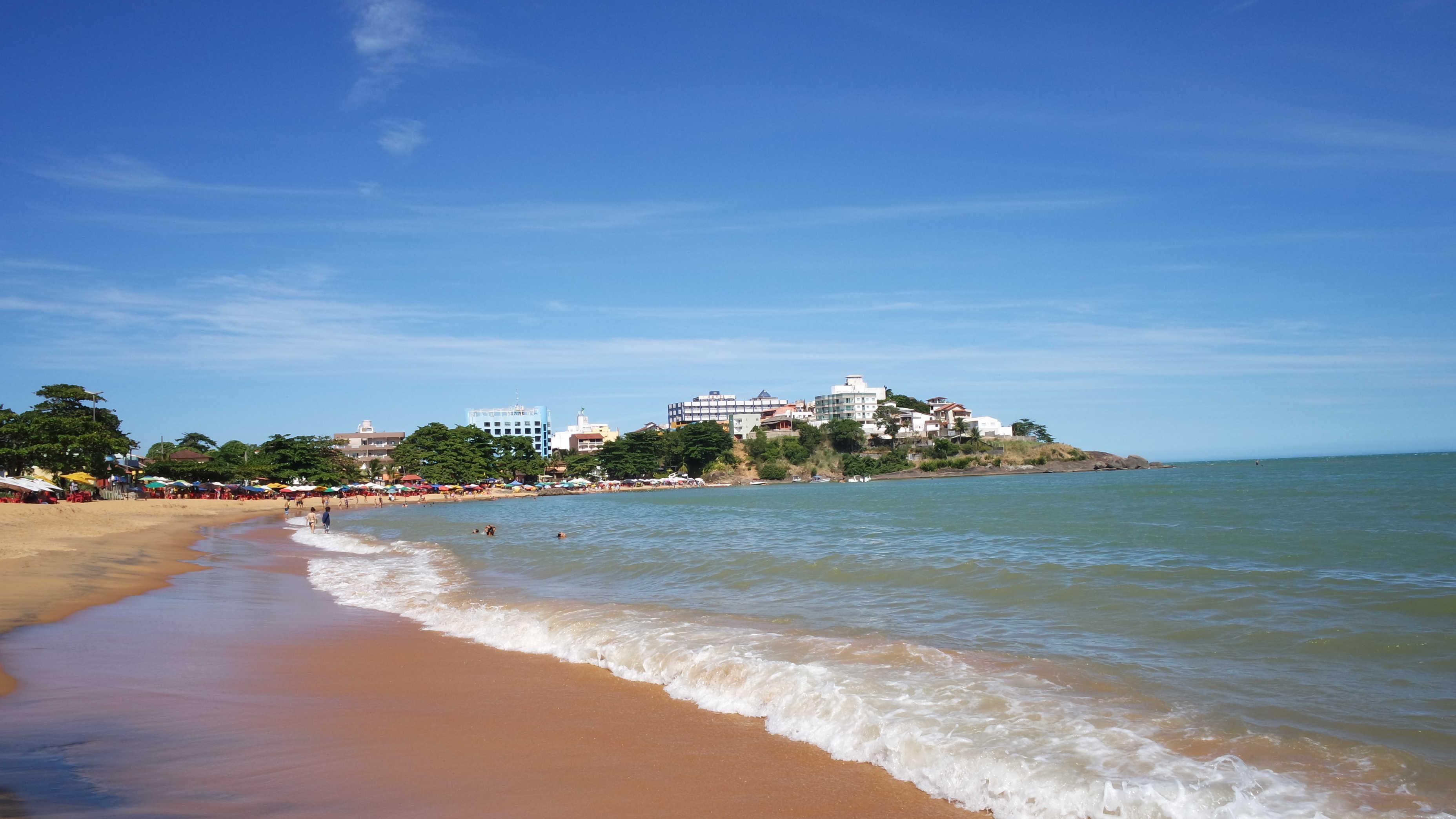 Praia de Areia Preta, no Balneário de Iriri, em Anchieta, Espírito Santo