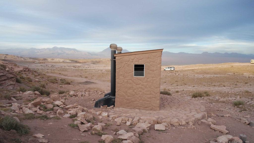 Um banheiro no meio do deserto, no Vale de la Luna