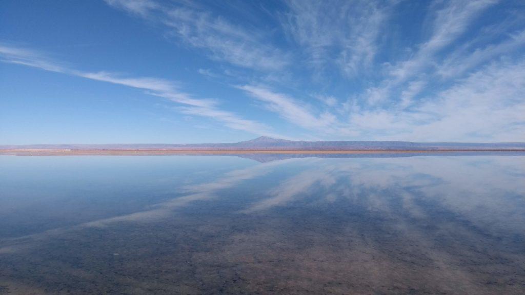 lagunas altiplânicas - laguna chaxa e seu espelho d'água refletindo o céu