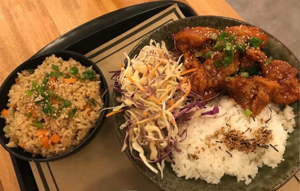 Frango empanado e suculento ao molho Sweet Chilli acompanhado de arroz branco, salada e uma porção de arroz frito, no KPop Chicken Cerqueira César