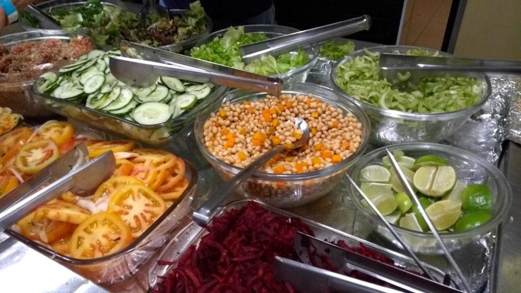 Mesas de saladas do Pop Vegan Food
