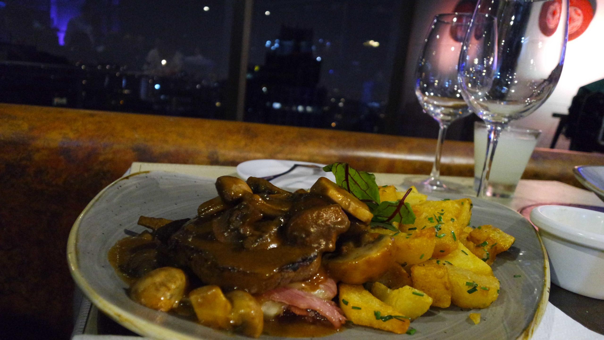 Prato com carne e batatas