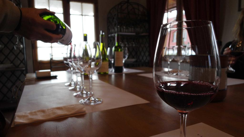 Degustação com taças de vinho tinto