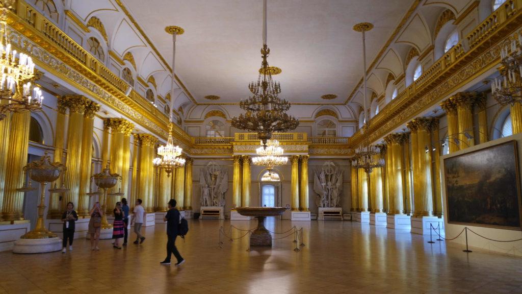 Salão amplo e adornado em ouro do Hermitage