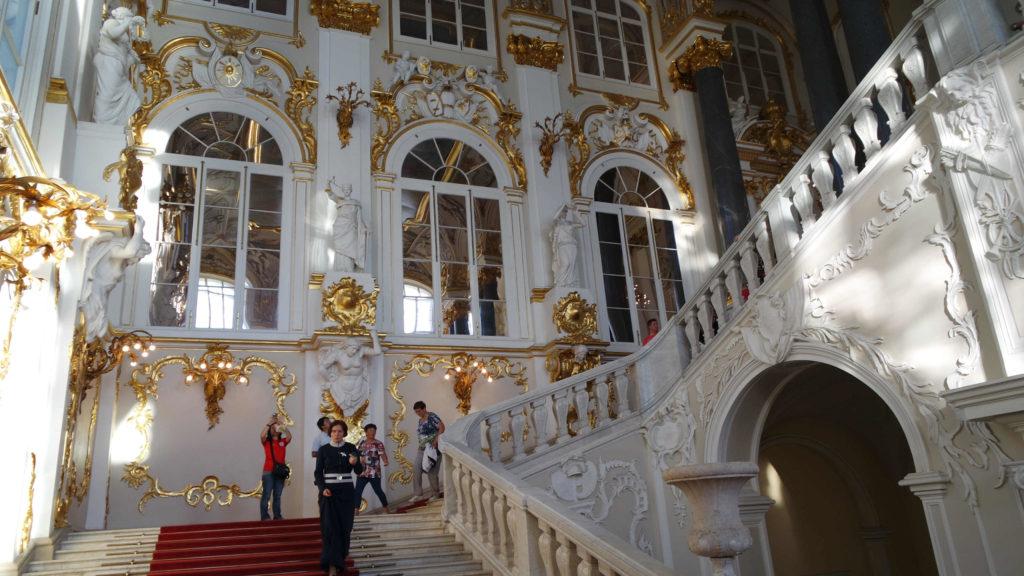 A suntuosa escadaria Jordan, com tapete vermelho e detalhes em ouro
